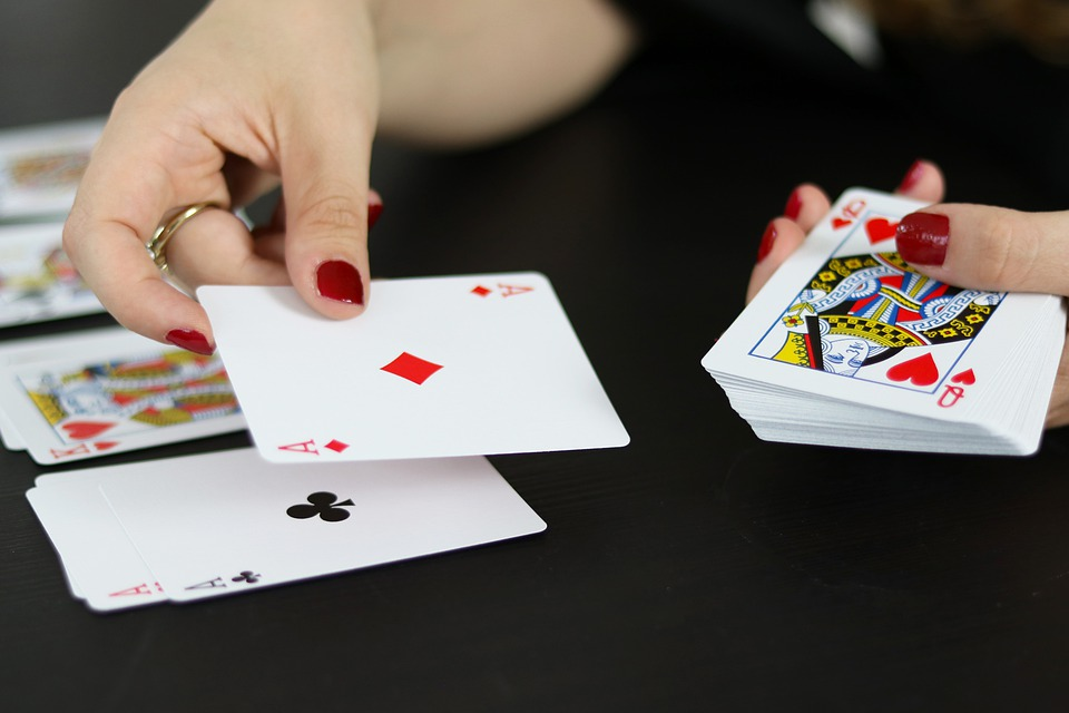 The Advantages that Distinguish Online Poker Betting from Offline Betting